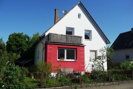 Nettes Privatzimmer mit Gartenblick - Heppenheim