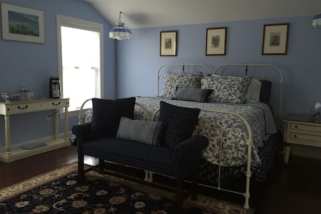 E&B's BnB Blue Room - Rhinebeck - Bed & Breakfast