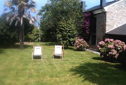 Acogedora casa de piedra con jardín - Rumah