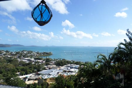 PENTHOUSE OVERLOOKING AIRLIE BEACH GARDENVIEW ROOM - Airlie Beach - Apartment