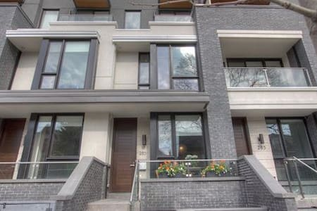 LITTLE ITALY/PALMERSTON APARTMENT!!