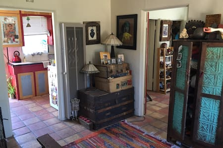 Charming casita in prime UofA spot - House