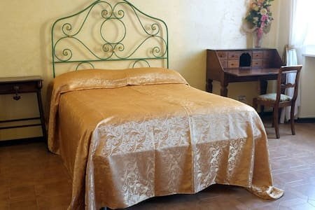 Antique double room near Gonfalone