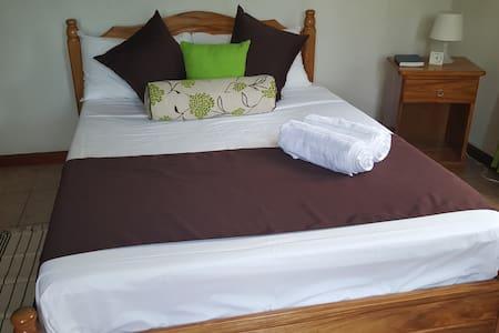 Maison Oasis Room 1 - Victoria - Bed & Breakfast
