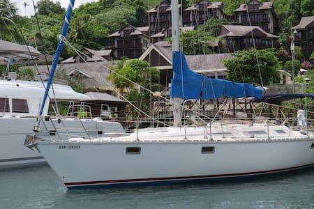 Houseboat in beautiful Marigot Bay - Kapal
