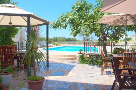 Apt with pool close to the beach - Pula - Apartemen