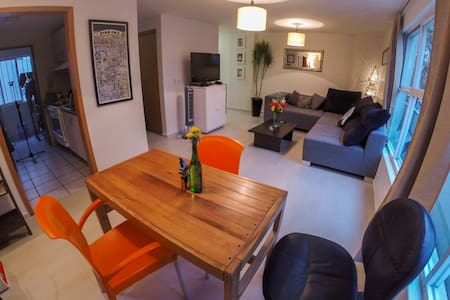 Private bedroom & bathroom in luminous, comfortable 2-level apartment. 15min drive to the airport, perfect to stay arriving or departing Mexico City.  RELIABLE & Fast 35mb WiFi, fully equiped kitchen. Excellent transport links. Near Condesa/Coyoacán