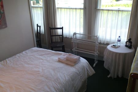Single/Double Room B&B with Parking
