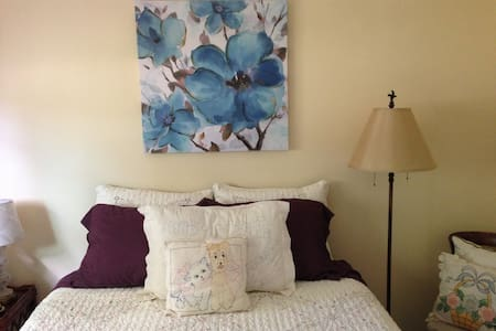 COUNTRY ROOM with QUEEN BED at FLOWER FAIRY FARM - 獨棟