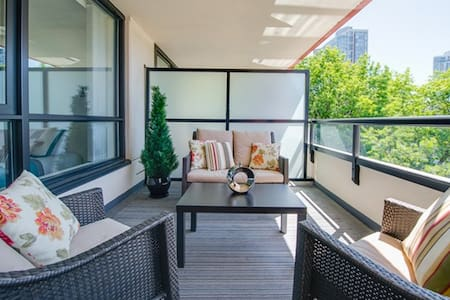 Spectacular Yaletown Condo w Patio