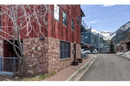Two bedroom/two bath with a queen in the bedroom, two twins (or a King) in the second bedroom.  Fully equipped kitchen.  Washer dryer.  Small private hot tub.  Beautifully furnished and a fireplace in the living room, this luxury condo is only a block from the base fo the Gondiola/Lift 8 base area in historic Telluride!