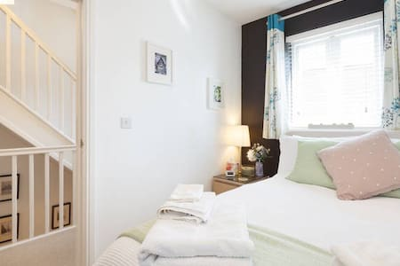 Cosy double room in modern townhouse shared with live in owner. Use of kitchen, living room, garden. Free parking. Wifi. Shared guest bathroom. Quite residential area close to local shops. 30 mins walk to City centre. Very good bus links.