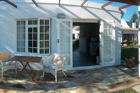Charming Hermanus Garden Cottage - House