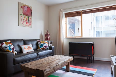 Modern, warm, city centre apartment. Close to Trinity College, Grafton Street and Temple Bar. DART, LUAS, buses within 10 minutes walk. Convenience store, deli and car hire on ground floor. Broadband and Apple TV. Check in 3PM Check Out 11AM.