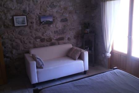 chambre dans ferme rénovée - House
