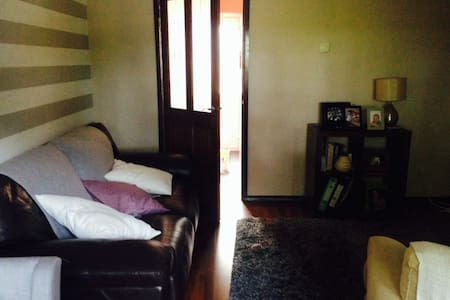 Newly painted single bedroom in a two bed house - Casa