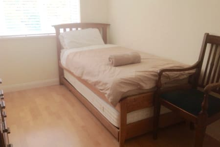 Single room in quiet cul-de-sac
