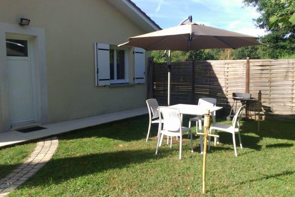Extérieur indépendant avec salon de jardin et barbecue