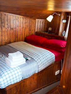 Room in traditional fishing trawler - Troon, Ayrshire  - Bateau