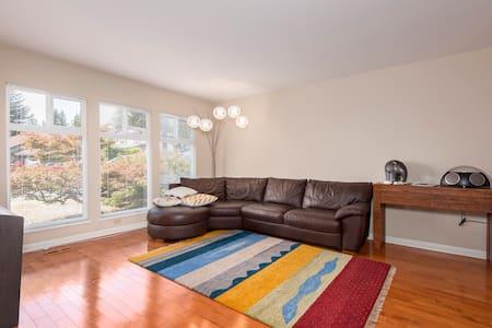 Bright, spacious 3bdrm home w/yard - Haus