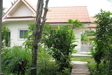 Village Life - Wat Yang Thong - Haus
