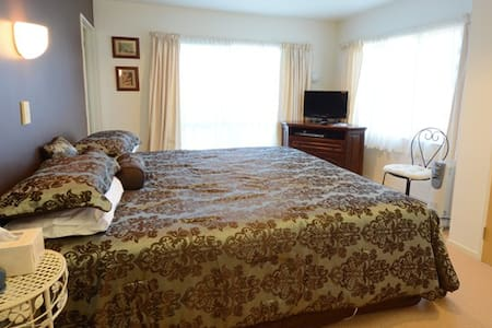 Springwaters Lodge -Awahou Lakeview - Bed & Breakfast