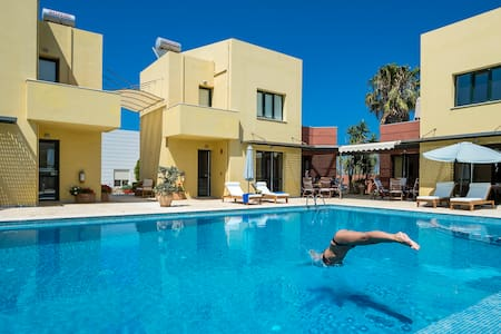 2 Villas,Sleeps 12,Beach, Pool. - Villa