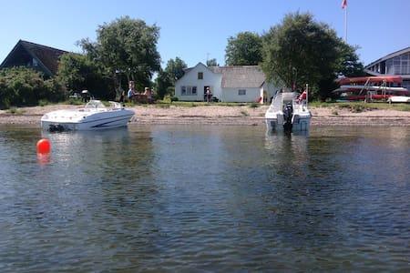 Fur hus med egen strand og badebro - Casa