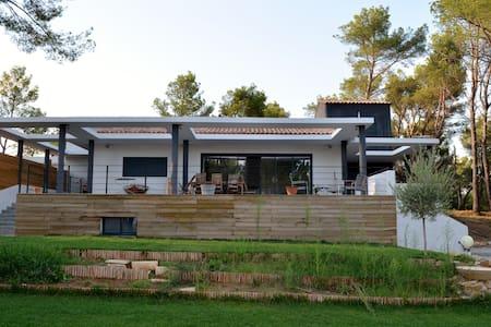 Villa entre Sainte victoire et Mer - House