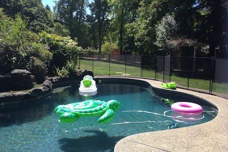 Pool House Retreat Among Redwoods! - Fair Oaks - Hus