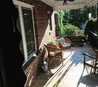 Green Shutters Cottage in Demorest GA - Casa