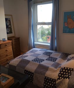 Lovely sunny small double room. Stick your head out of the window and you can see the sea! Room available monday-thursday nights only. Close to all amenities, 5 minutes walk from Red Jet, parking roadside in evening only. Shared kitchen, bathroom and facilities, broadband available. Would suite a professional working person who commutes to the Island for work or couple visiting the Island on holiday! I have 2 Cocker Spaniels who are very friendly. Pets welcome, but a max of 2 friendly dogs.