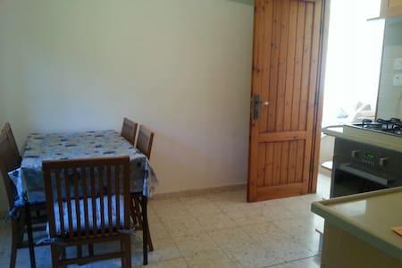 Beatiful 2 bedrooms near Jerusalem - Ház