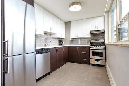 Clean modern apartment close to lake Ontario and High Park.  5-10 minute walk to all amenities. 24/7 Streetcar outside your door to take you downtown core in 20 minutes. Chromecast installed on the TV with complimentary Netflix account.