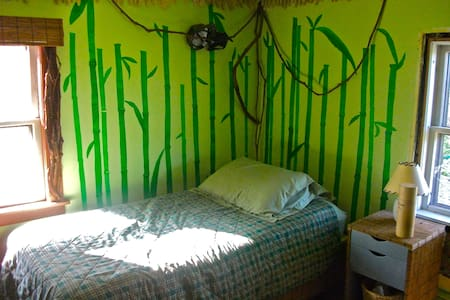 Bright bamboo bedroom in Vermont - Bradford