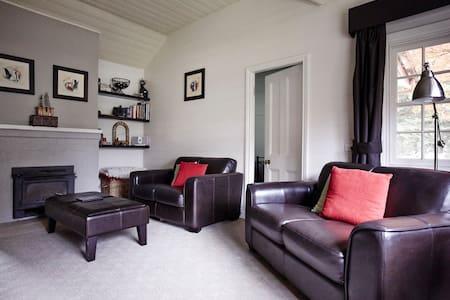 Black Cat Cottage and Truffles - Wattle Flat - Bed & Breakfast