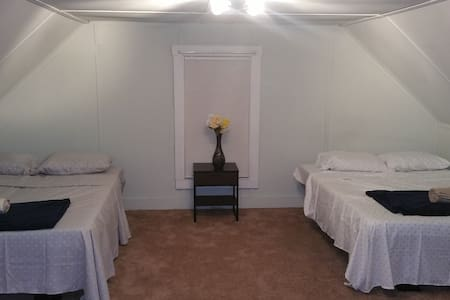 Bedroom close to Red line Subway (Quincy center) - Rumah
