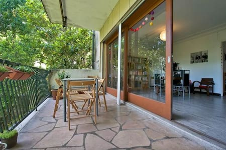 The advantages of the center without the disadvantages! 10 min by trolley from the very center, with parking just in front of the building. Your room is cosy, with a confortable queen size bed, We share a nice and green terrasse.