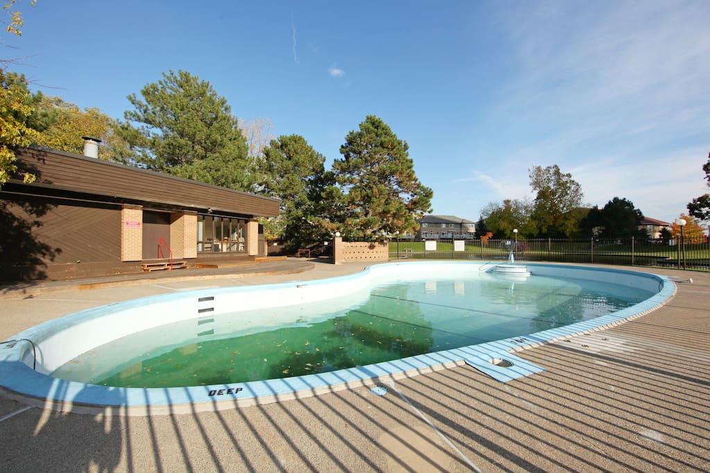 The outdoor pool - La piscine extérieure située au milieu du mini lac