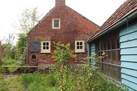 Knus huisje met grote tuin - House