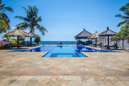 Seafront villa with large pool - Vila