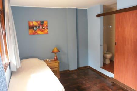 Spacious single room with pr shower - Szoba reggelivel