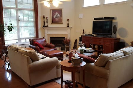 Huge Private Suite Near Airport/RTP