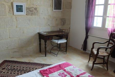 """chambre  """"terre cuite"""" dans maison d'artiste - Galargues"""