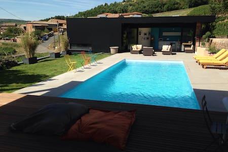 loft avec piscine et vue - leynes