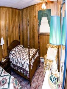 Brass Lantern Lodge Room#6 - Bed & Breakfast