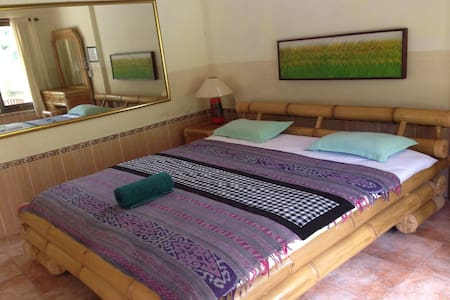 Sulendra Bungalow is Centrally located in Ubud,simply furnished,the rooms are fitted with bamboo furnishing and tiled flooring. Each has a private bathroom with hot shower facilities also WIFI.