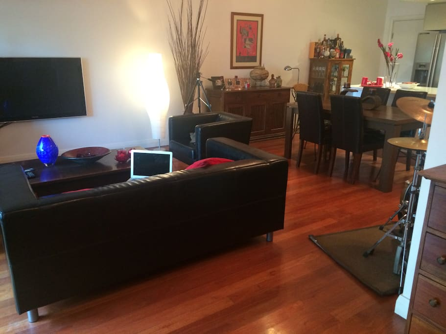 Warm well maintained floors, wooden furniture , leather sofas, entertainment system with Foxtel channels / internet TV / BOSE Wireless - all you need to enjoy your stay!