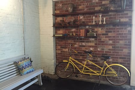 Downtown Loft with Brick Courtyard - Hattiesburg - Apartment