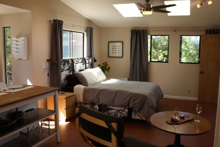 Amy's Local BNB - walk to town - Sebastopol - Bed & Breakfast
